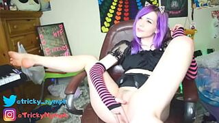 Appealing Emo Camteen Fingers Herself and Twerks for You