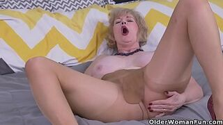 American gilf Sindee Dix gets sexy in pantyhose