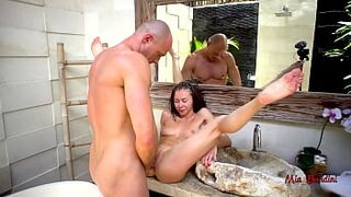 UNDERWATER BUM TO MOUTH SEX ACT IN THE POOL AND ANUS BUST A LOAD