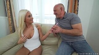 Bum platinium Daisy Lee takes an old penis