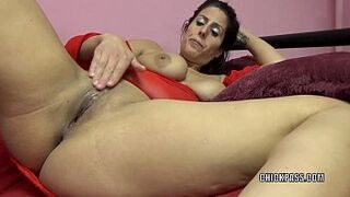 Sexy mom Lavender Rayne is playing with her stiff twat