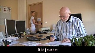 Old boss evaluates his daughter secretary with bang